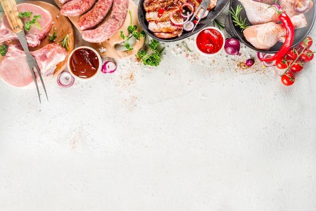 さまざまな生肉のグリルとバーベキューの準備ができて