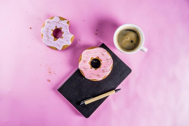 コーヒーカップと砂糖のコーティングが施されたビスケットドーナツ