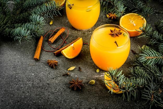 シナモン、アニス、カルダモンとホットでスパイシーな冬のオレンジパンチ