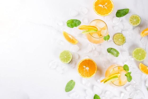 冷たい夏の飲み物、ラズベリーサングリア、レモネードまたはモヒート、新鮮なラズベリー