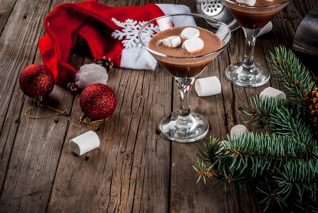 クリスマスパーティーの飲み物、自家製のホットチョコレートマティーニカクテルのアイデア