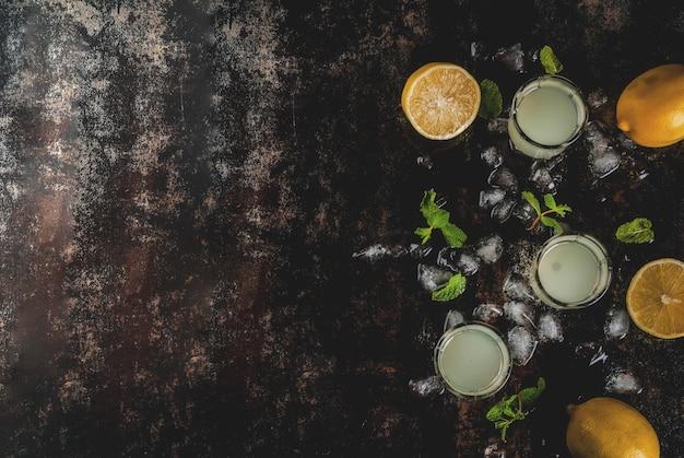 伝統的なイタリアのアルコール自家製飲料、レモンリキュールリモンチェッロ