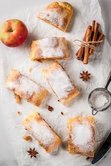 ナッツ、レーズン、シナモン、粉砂糖入りのリンゴのシュトルーデル
