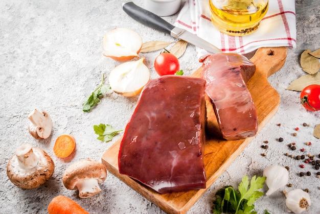 Сырая говяжья печень со специями, зеленью и овощами