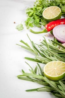Еда приготовления фон со специями, травами