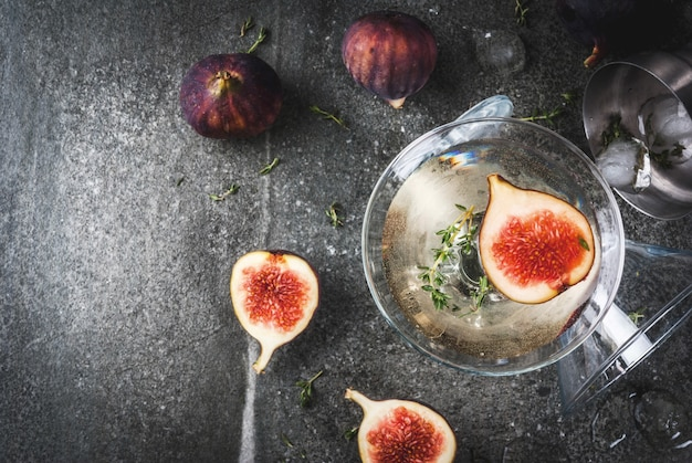 秋と冬の飲み物のレシピ、イチジク、タイム、蜂蜜入りマティーニカクテル