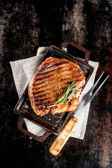 グリル鍋ボード上のスパイスと牛肉のグリルステーキ