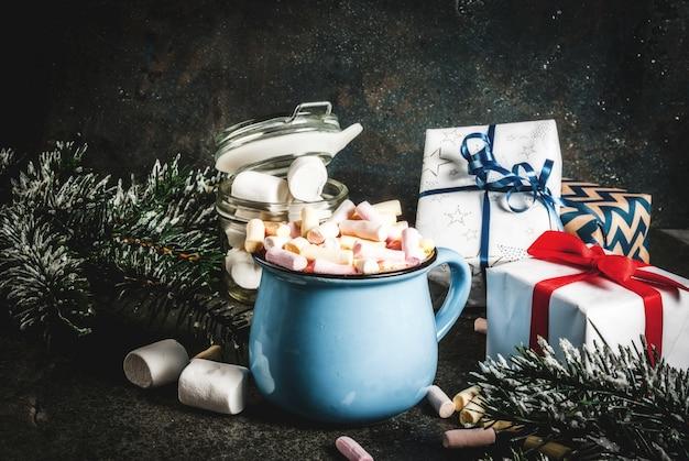 Идеи новогодних и рождественских напитков, кружка горячего шоколада с зефиром