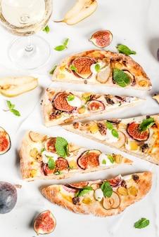 秋のベーキングレシピ。イチジク、ナシ、ブドウ、クリームチーズ、クルミ、ミント入りの甘いパイピザまたはフルーツフォカッチャ
