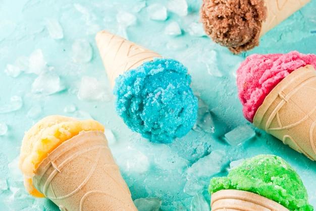 様々な明るくカラフルなアイスクリームのセット