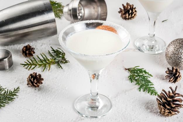 クリスマスの飲み物のアイデアとレシピ。ホワイトチョコレートスノーフレークマティーニカクテル