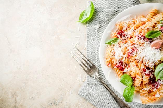 トマトソースとパルメザンチーズのパスタ