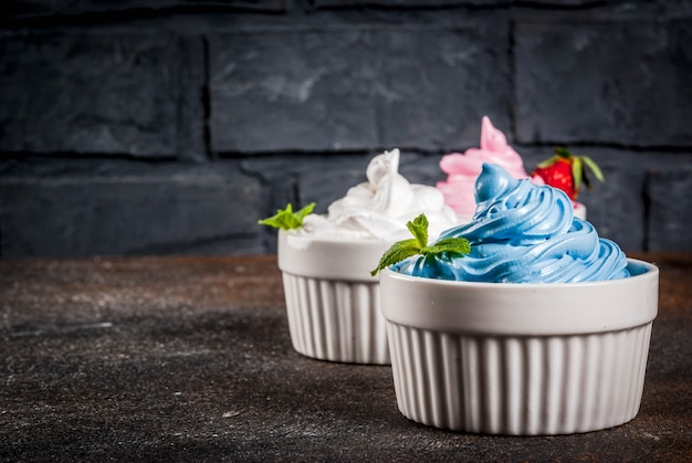 Здоровая диета летний десерт, ванильно-ягодный замороженный йогурт или мягкое мороженое в белых мисках