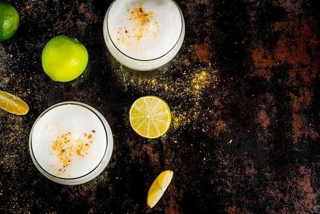 ペルー、メキシコ、チリの伝統的な飲み物ピスコサワーリキュール、新鮮なライム