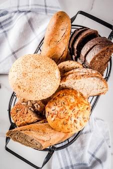 さまざまな新鮮な自家製穀物パン、金属バスケット