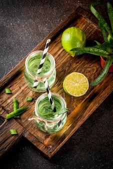 健康的なエキゾチックなデトックスドリンク、アロエベラまたはライムとサボテンジュース