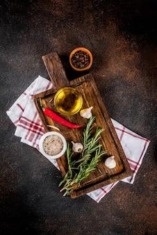 調理面、ハーブ、塩、スパイス、まな板の上のオリーブオイル