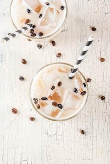 牛乳とアイスキューブと冷たいアイスコーヒーフラッペ
