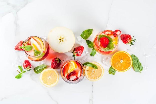 新鮮なフルーツベリーとミントの冷たい白ピンクと赤のサングリアカクテル。