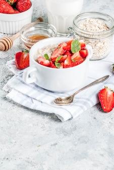 イチゴと朝食のオートミール