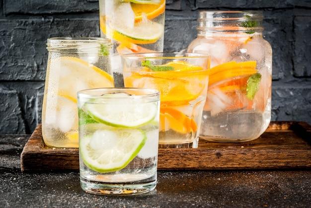 健康的なカクテル、さまざまな柑橘系の水、レモネードまたはモヒートのセット