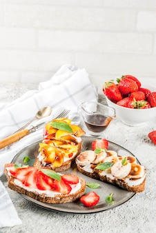 健康的な朝食スナック、フルーツとベリーのライ麦トーストサンドイッチ