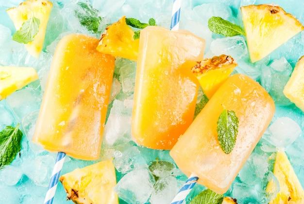 Домашнее ананасовое фруктовое мороженое со свежими ломтиками ананаса и мятой