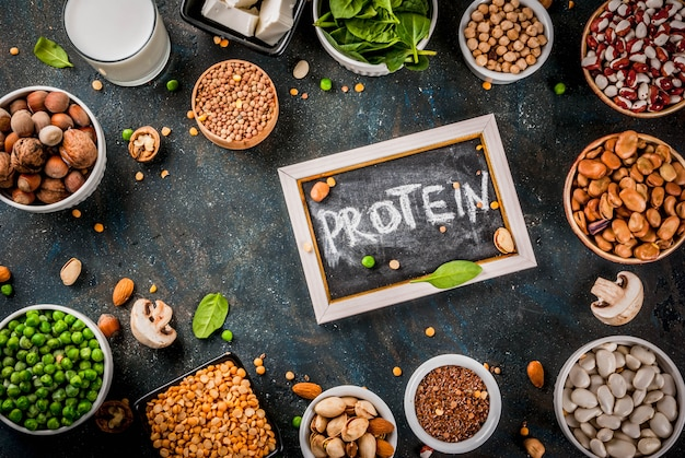 Здоровая диета веганская пища веганские источники белка тофу веганские молочные бобы чечевица орехи соевое молоко шпинат и семена на белом столе