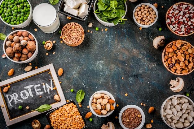 健康的な食事ビーガン食品野菜タンパク質ソース豆腐ビーガンミルク豆レンズ豆ナッツ豆乳ほうれん草と白いテーブルの種
