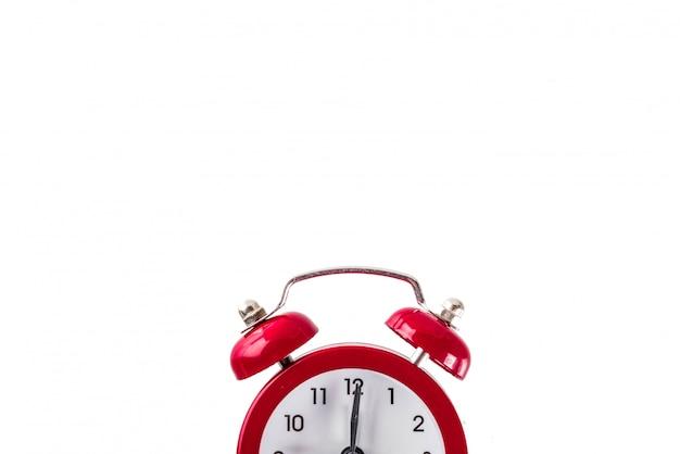 白い背景で隔離の目覚まし時計で学校概念に戻る