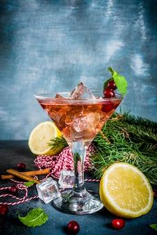 冷たい酸っぱい甘いクリスマスクランベリーカクテル