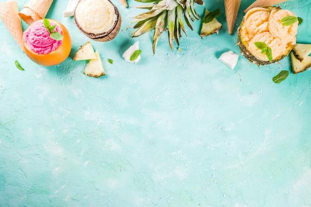 休日休暇の概念、さまざまなトロピカルアイスクリームシャーベット、パイナップル、グレープフルーツ、ココナッツの冷凍ジュースを設定