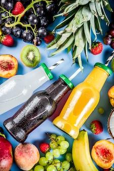 トロピカルフルーツと明るい背景にベリーと異なるフルーツジューススムージーコンセプト夏ビタミンダイエット