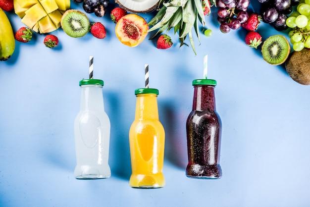 Различные фруктовые соки смузи концепция летние витамины диета с тропическими фруктами и ягодами на светлом фоне