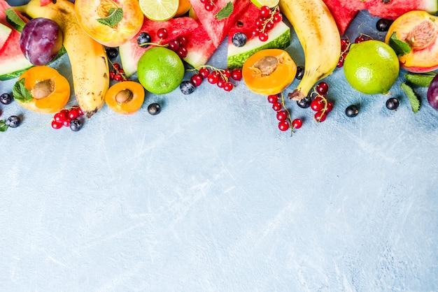 Витаминная концепция питания, различные фрукты и ягоды арбуз персик мята слива абрикосы черника смородина