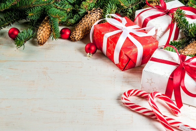 モミの木の枝、松ぼっくり、クリスマスツリーのボールとクリスマス木製の背景コピーフレーム上のスペース