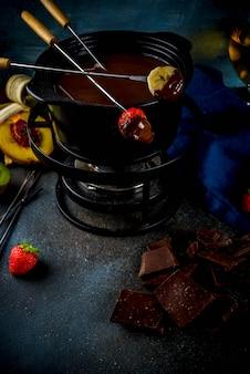 フルーツとベリー入りチョコレートフォンデュ