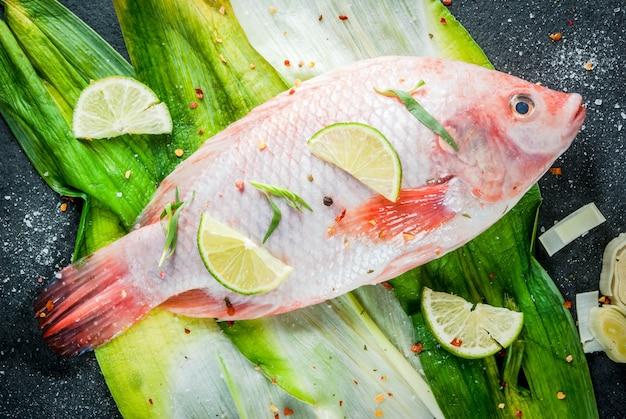 Сырая рыба красная тилапия