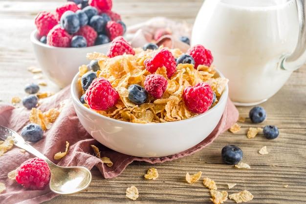 コーンフレークとミルクとベリーの朝食
