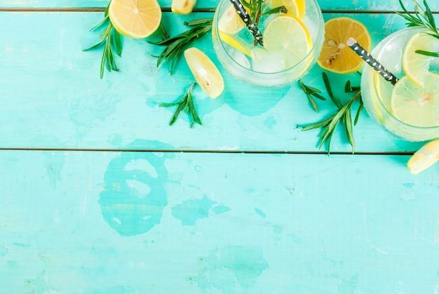 レモンとローズマリーの冷たい飲み物