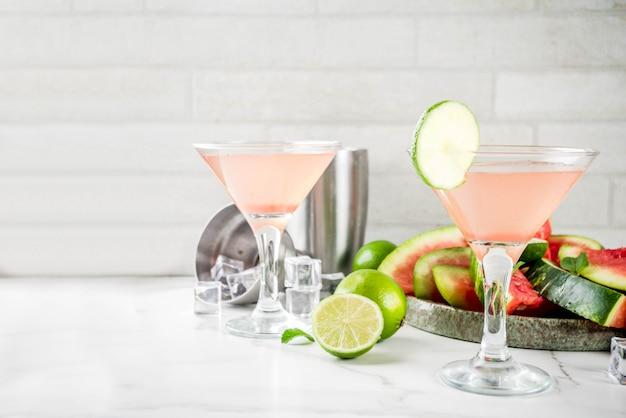 アルコールの夏の飲み物、スイカマティーニカクテル、新鮮なライムとミント添え