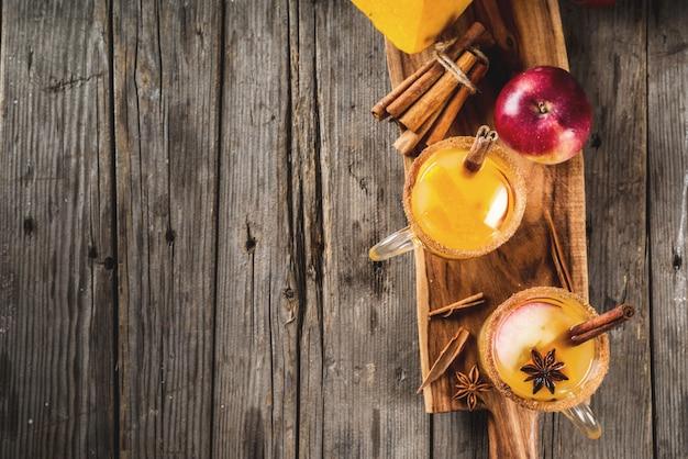 ハロウィーン感謝祭伝統的な秋冬のドリンクとカクテルスパイシーなホットパンプキンサングリアとアップルシナモンアニス