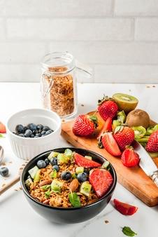 Гранола с орехами, свежими ягодами и фруктами