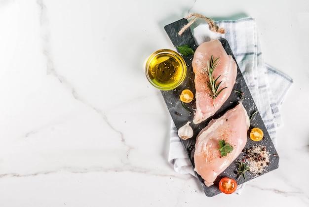 生の鶏胸肉のフィレ肉とスパイスとオリーブオイル
