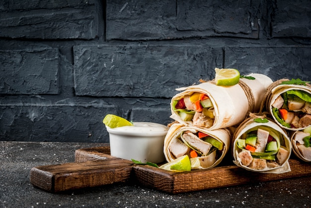 Здоровый обед, перекус. стек мексиканской уличной еды фахита тортилла обертывания с жареным куриным филе буйвола и свежими овощами