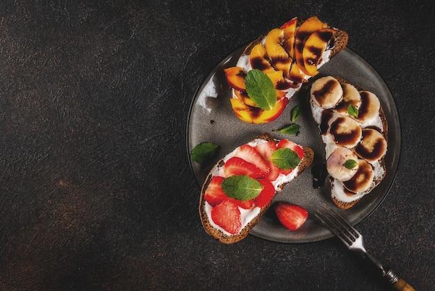 健康的な夏の朝食スナックフルーツとベリーのライ麦トーストサンドイッチ