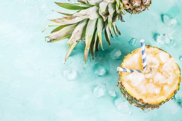 夏のリフレッシュドリンクコンセプトトロピカルパイナップルカクテルや氷とパイナップルのジュース