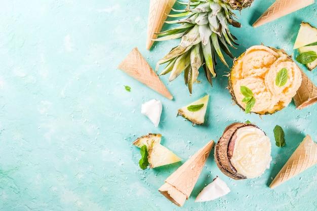 夏休み休暇の概念は、パイナップルグレープフルーツとココナッツの様々なトロピカルアイスクリームシャーベット冷凍ジュースを設定