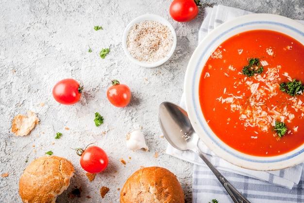 トマトスープ、グレーの白いボウルのガスパチョ