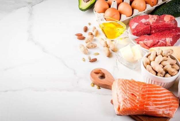 ケトジェニック低炭水化物ダイエットのコンセプト。健康的な脂肪を多く含む健康でバランスの取れた食品。